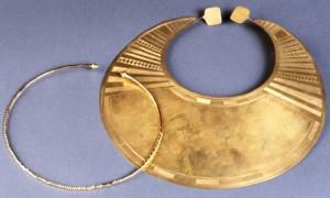 Colliers « Lunule » (copie, technique de la galvanoplastie). Les originaux sont en tôle d'or – Age du Bronze ancien – Localisation : Athlone, Comté de Roscommon, Irlande © RMN, photo Loïc Hamon
