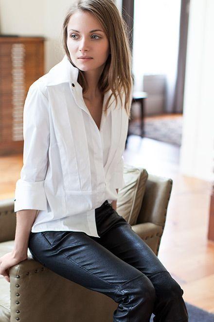 chemise blanche et slim pour s'habiller pour un premier rendez-vous amoureux