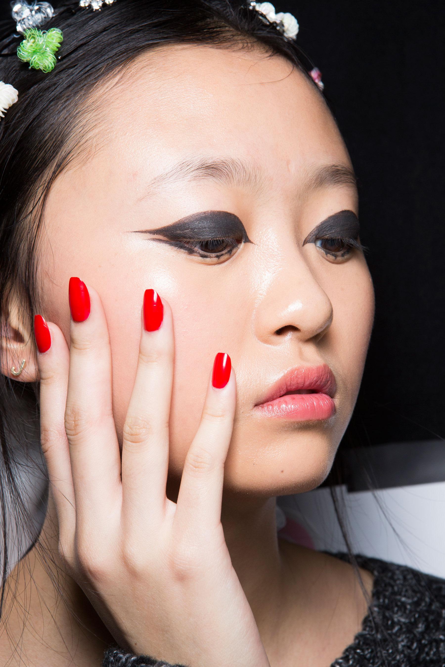Avec Quelle Couleur Associer Le Fushia comment harmoniser la couleur de votre vernis avec votre