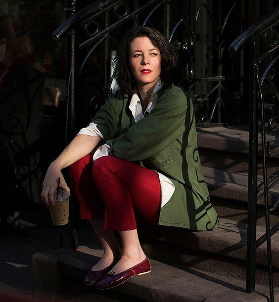 couleur kaki et pantalon rouge