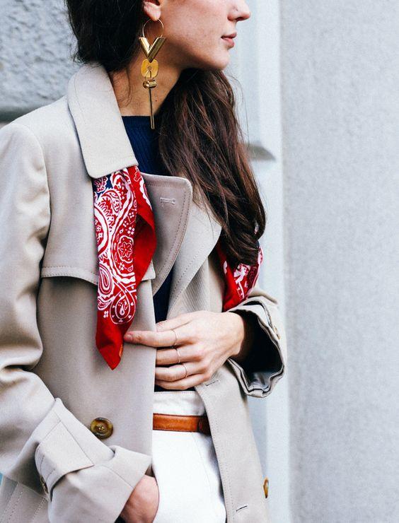 porter le foulard avec un trench pour styliser votre tenue