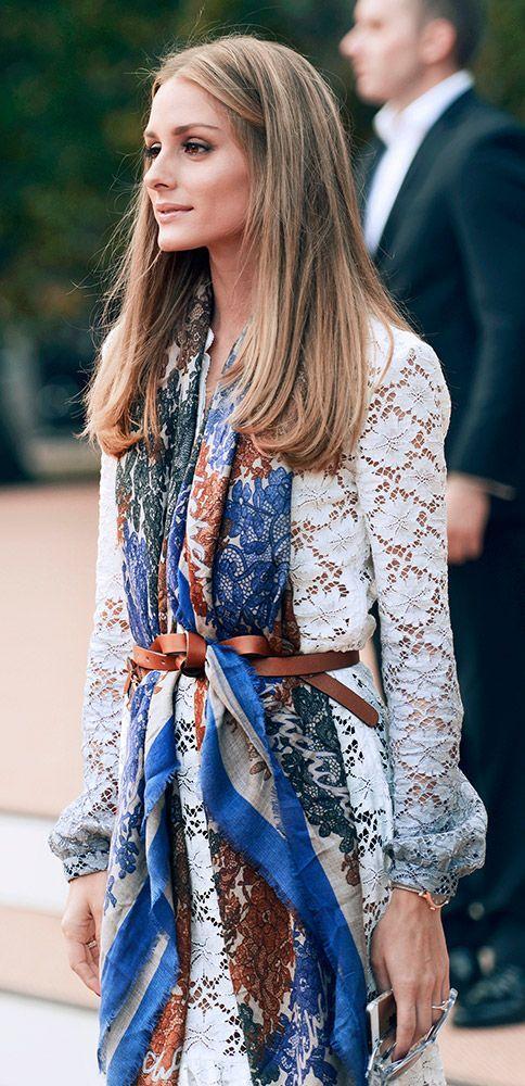 porter le foulard avec style avec une robe en dentelle
