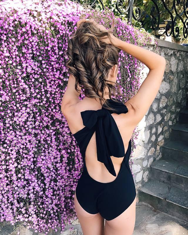 le maillot de bain noir un article mode indispensable de l'été