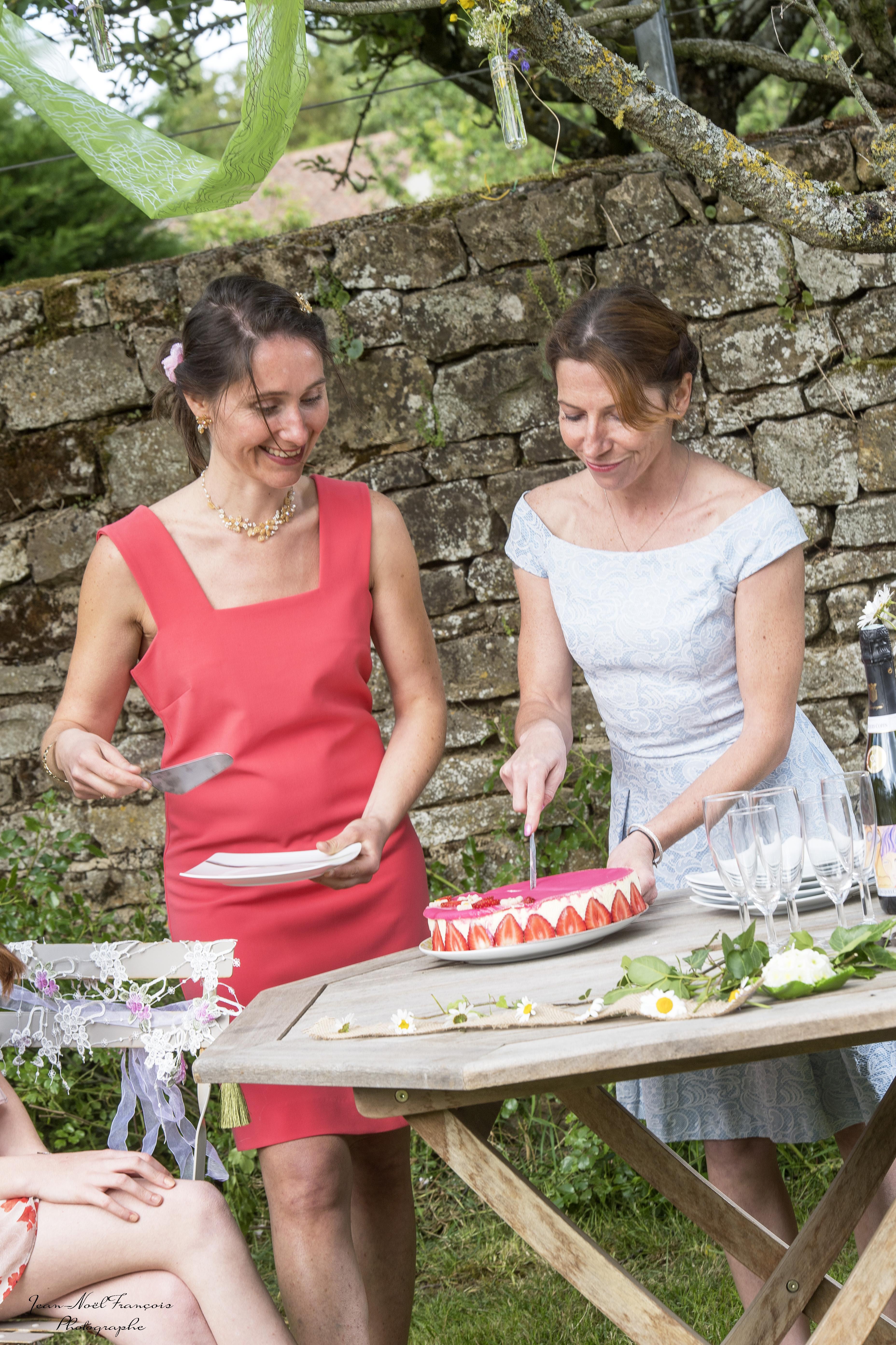 déguster un gâteau lors d'une après midi champêtre