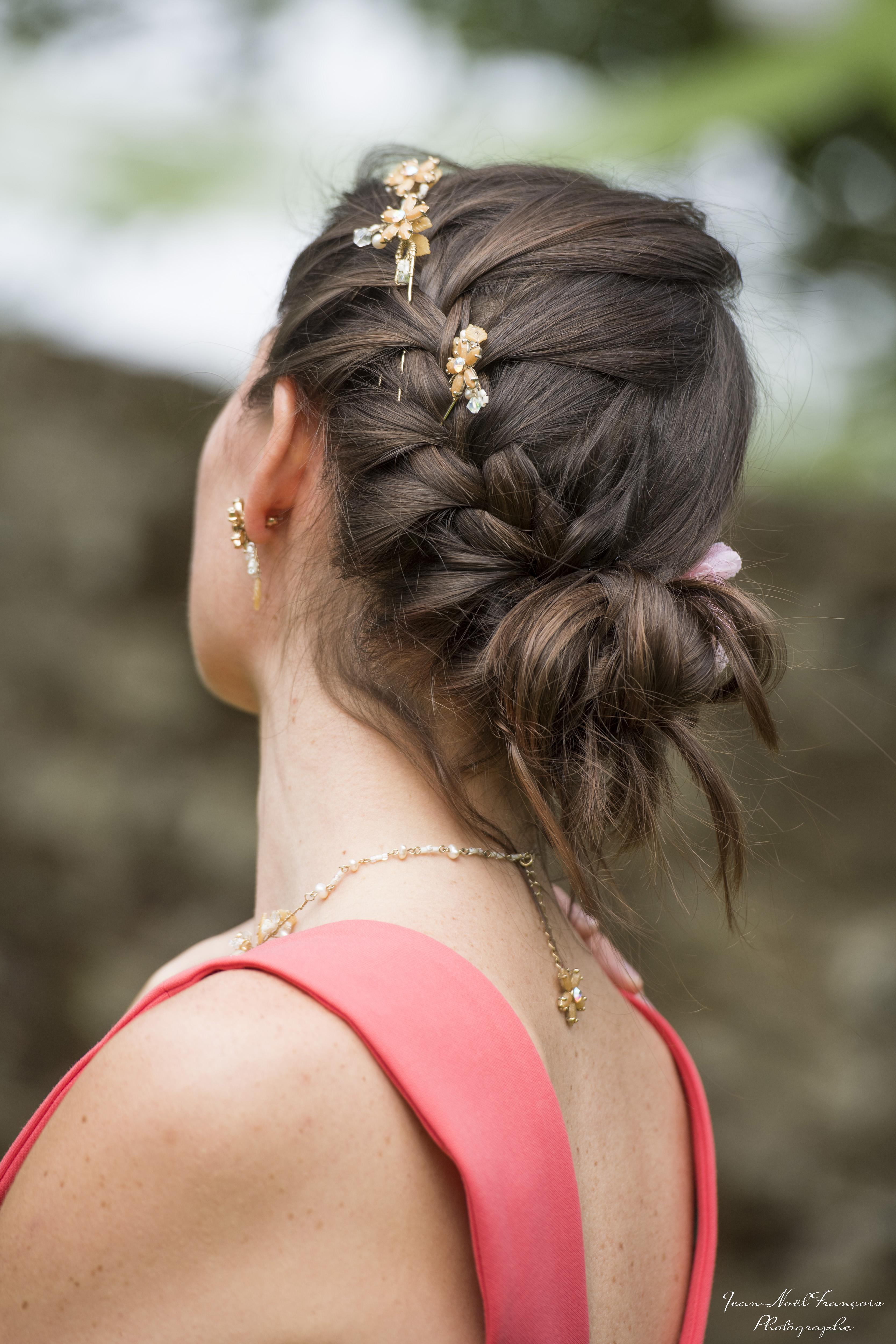 se faire une coiffure champêtre avec de jolies accessoires